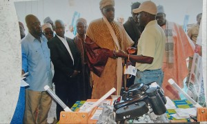 Dr. Faye explaining Walangane technology to the Lebou ethnic group with the Grand Serigne de Dakar (in the turban).